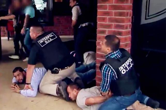 David Rosales Frixione (en el suelo de camisa celeste) al momento en que fue capturado en un restaurante de San José, Costa Rica, en un operativo contra un narcotraficante.