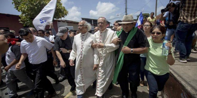 Obispos durante el ataque a la basílica de Diriamba, en junio 2018. Foto/Archivo: Israel González Espinoza
