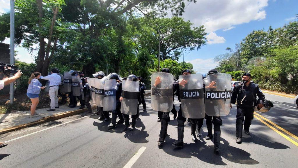 Policía sandinista reprime a periodistas que cubrían el allanamiento a la casa Cristiana Chamorro. Foto: Noel Miranda/Artículo 66