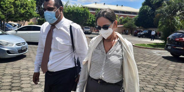 Presidenta de Funides evita dar declaraciones al salir de la Fiscalía. Foto: Artículo 66 / Noel Miranda