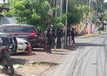 Dictadura Ortega-Murillo refuerza presencia policial en Fiscalía ante comparecencia de periodistas y líderes opositores. Foto: N. Miranda/Artículo 66.