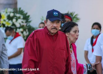Daniel Ortega, a su sombre Rosario Murillo. Foto: CCC