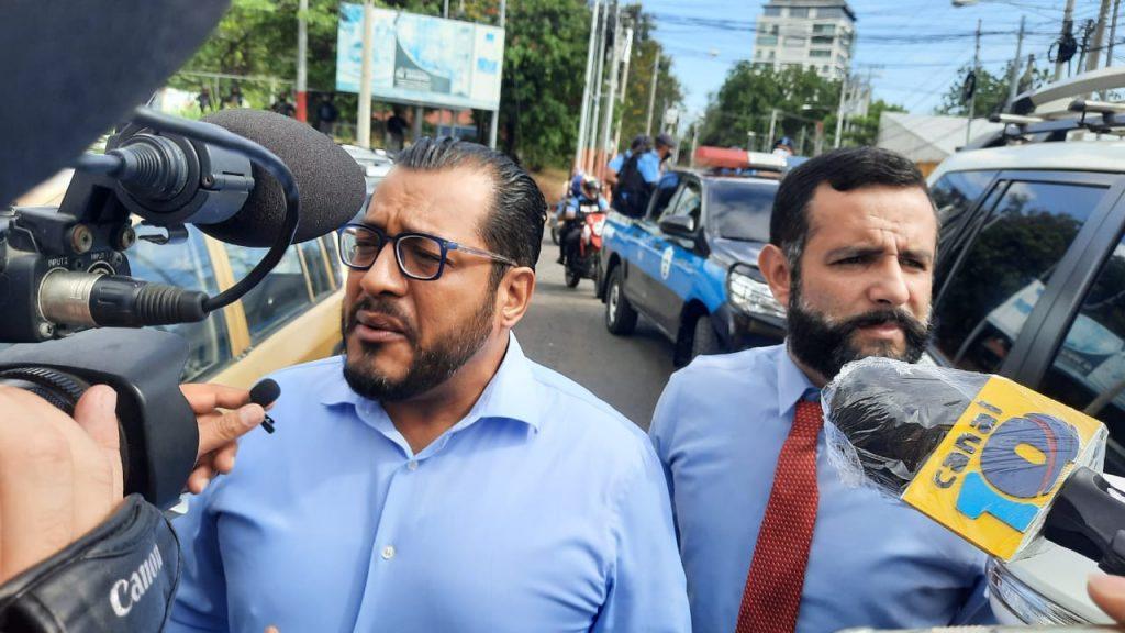 Félix Maradiaga llega a la Fiscalía: «Régimen no puede secuestrar a seis millones de nicaragüenses». Foto: Artículo 66/ Noel Miranda.