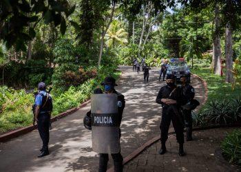 Policías dentro de la vivienda de Cristiana Chamorro ejecutando el allanamiento | Redacción Abierta.