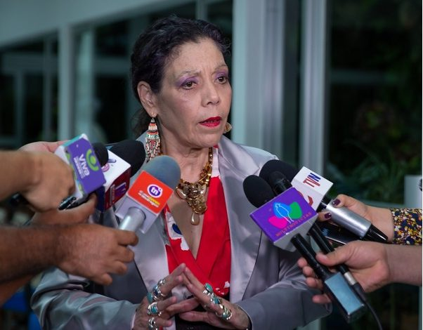 Rosario Murillo arremete contra periodistas y los tilda de «terroristas de la comunicación». Foto: Murillo junto a medios oficialistas. Gobierno.