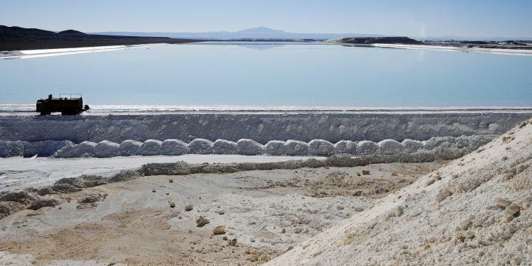 Un camión trabaja en las piscinas de evaporación de sal de la Sociedad Chilena del Litio, en el Salar de Atacama, Chile, de donde se extrae la mayor parte del litio en el país. EFE/Ariel Marinkovic/Archivo