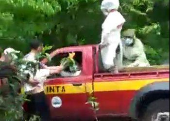 Pobladores enardecidos arrebatan, a funcionarios del MINSA, el cadáver de un fallecido supuestamente por COVID. Foto: Captura de pantalla.