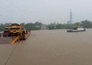Ferry intentando reanudar viajes en el río Wawa Boom, en la Costa Caribe. Foto: Tomada de las redes sociales