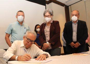 Noel Vidaurre junto a directivos de la ACxL. Foto: Cortesía