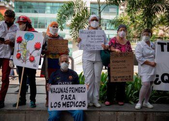 Manifestantes participan en una protesta de trabajadores de la salud para exigir vacunas contra la covid-19 en Caracas (Venezuela). EFE/ Rayner Peña/Archivo
