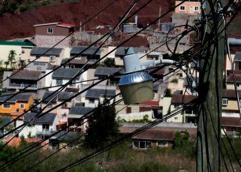 Fotografía de una farola de luz pública hoy, en una colonia de la ciudad de Tegucigalpa (Honduras). EFE/ Gustavo Amador