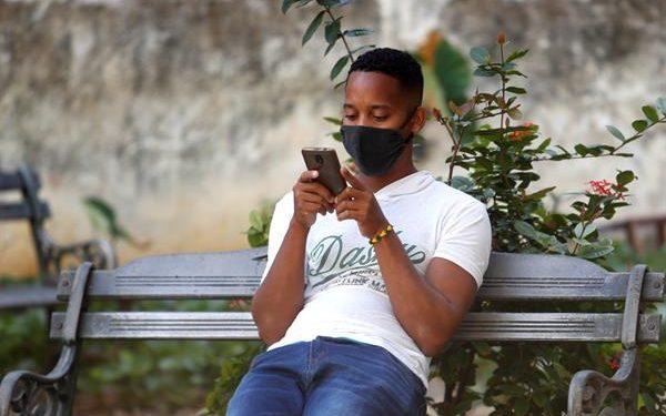 Un hombre usa su teléfono celular en La Habana (Cuba). EFE/Yander Zamora/Archivo