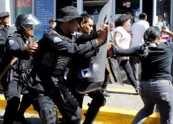 Policia orteguista arremete contra con los periodistas independientes. Foto Artículo 66