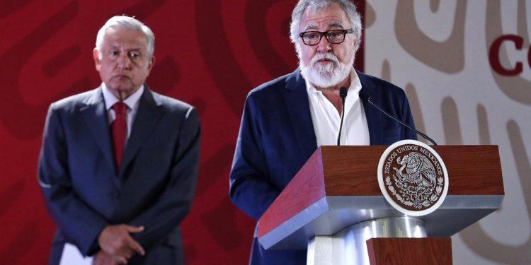 El subsecretario de Derechos Humanos de México, Alejandro Encinas, junto al presidente Andrés Manuel López Obrador (en segundo plano). Foto/Cortesía: Presidencia de México