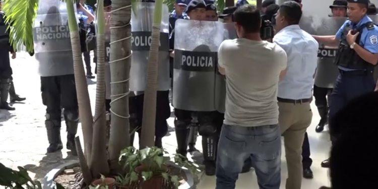 CIDH otorga medidas cautelares a los periodistas Wilih Narváez y Alberto Miranda. Foto: Policías agreden a Wilih Narváez. Archivo.