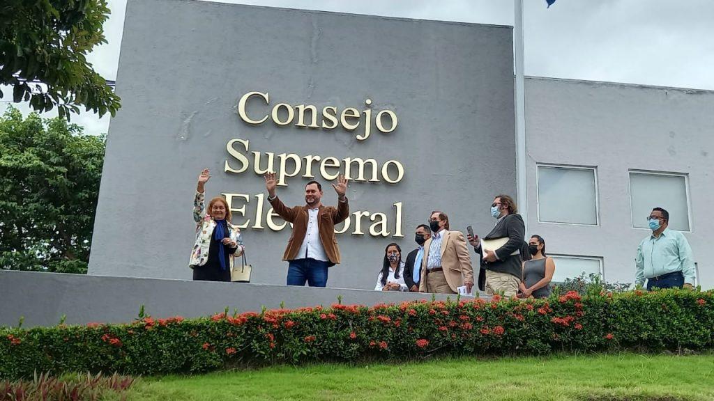 Desfile de candidatos inscribiéndose en el Consejo Supremo Electoral. Los candidatos del APRE. Foto: N. Miranda/Artículo 66