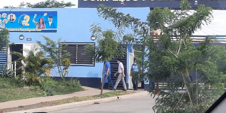 Tres trabajadores administrativos de La Prensa retenidos por la Policía en el Nuevo Chipote. Foto: N. Miranda/Artículo 66.