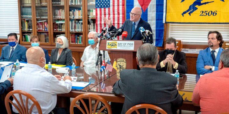 Empresarios exiliados: «No invertiremos en Cuba mientras esté en el poder el régimen del terror». Foto: EFE.