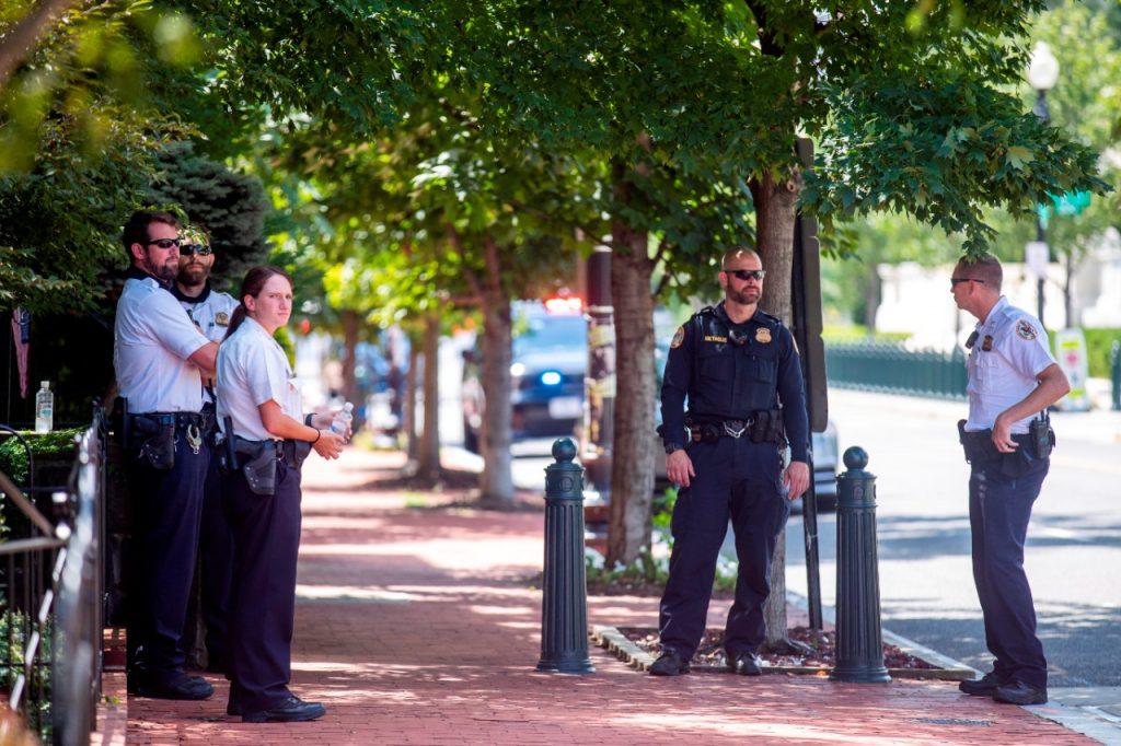 Policías del Capitolio se mantienen en alerta ante una supuesta advertencia de bomba cerca de la biblioteca del Congreso de EE-UU. Foto: EFE.
