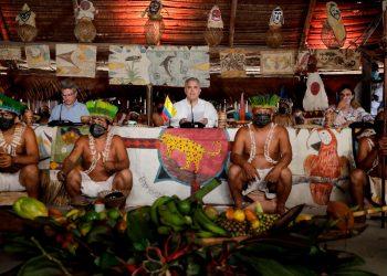 """Los indígenas """"no son objetos decorativos"""", le recuerdan al presidente de Colombia. Foto: EFE."""