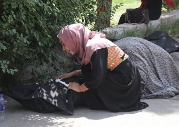 Una mujer llora la muerte de un familiar en las inmediaciones de un hospital en Kabul, este viernes. EFE/EPA/STRINGER