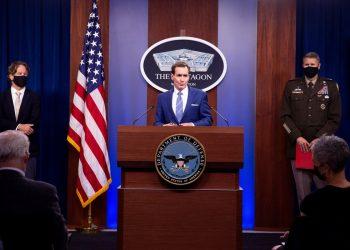El portavoz del Departamento de Defensa, John Kirby (c). EFE/EPA/MICHAEL REYNOLDS/Archivo