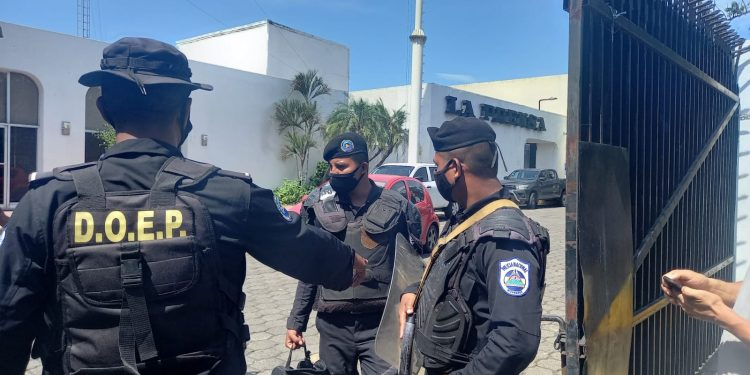La Policía del régimen allanó las instalaciones del diario La Prensa y mantiene custodiada las bodegas. Foto: Noel Miranda / Artículo 66.