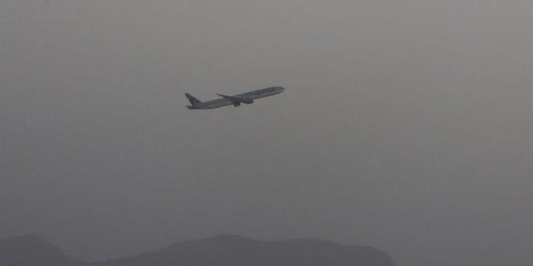 Un vuelo de Qatar Airways despega al reanudarse las operaciones de vuelo internacional en el Aeropuerto Internacional Hamid Karzai en Kabul, Afganistán. EFE / EPA / STRINGER
