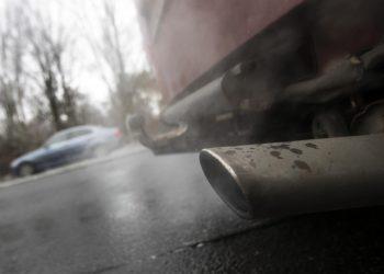 Un tubo de escape en una imagen de archivo. EFE/EPA/FELIPE TRUEBA