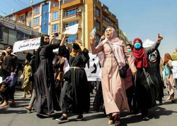 Afganas portan pancartas gritando consignas anti-pakistaníes durante una protesta en Kabul, Afganistán, el 7 de septiembre de 2021. EFE/Stringer