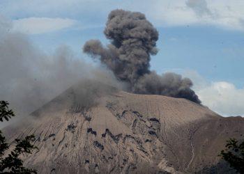 Volcán Telica registra actividad eruptiva, sin víctimas. Foto: EFE.