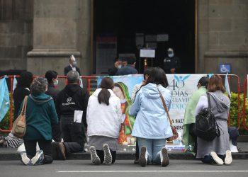 Un grupo de conservadores religiosos, rezan en las afueras de la Suprema Corte de Justicia, en la Ciudad de México. EFE/Sáshenka Gutiérrez