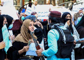 Los talibanes reprimen protestas en Afganistán en apoyo a la resistencia. Foto: EFE/EPA/STRINGER