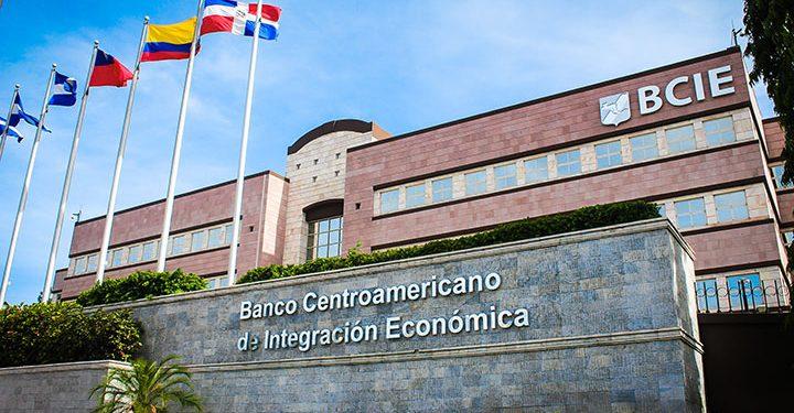 Nicaragüenses en el exilio exigen al BCIE que deje de financiar a la dictadura Ortega-Murillo. Foto: Internet.