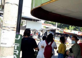 Familiares de víctimas de COVID-19 a espera que salgan los féretros del Alemán Nicaragüense. Foto: Artículo 66