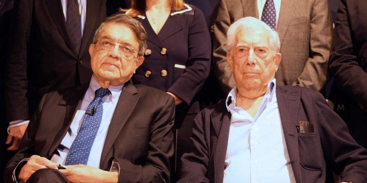 """El premio Nobel de Literatura Mario Vargas Llosa y el escritor nicaragüense Sergio Ramírez, durante el primer encuentro de """"Centroamérica Cuenta"""".  Foto: Artículo 66 / EFE/ Guillermo Azaba"""