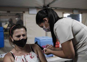 Exiliados en Costa Rica recuerdan los requisitos para aplicarse la vacuna contra el COVID-19. Foto: EFE / Archivo