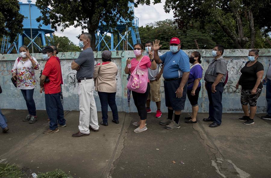 Largas filas para buscar la primera dosis de vacuna contra el COVID-19 en Nicaragua. Foto: Artículo 66 / EFE