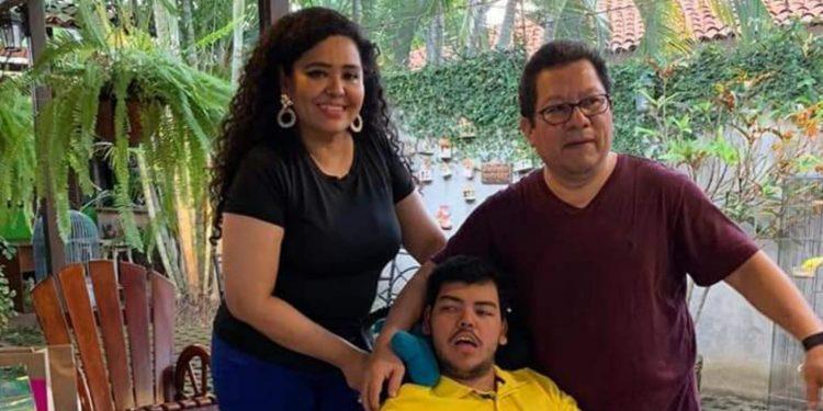 Verónica Chávez y Miguelito, esposa e hijo de Miguel Mora, en UCI por COVID-19. Foto: Artículo 66 / Redes sociales