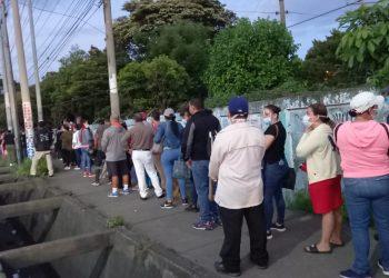Ciudadanos hacen filas para recibir su primera dosis de AstraZeneca. Foto: Artículo 66 / Noel Miranda