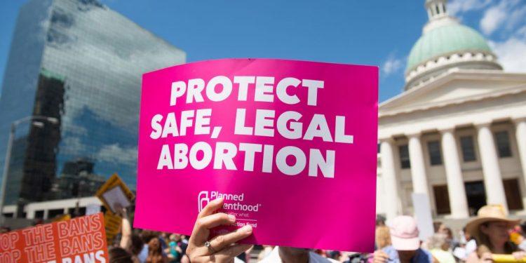 """La gobernadora de Nueva York dice que el estado es """"refugio seguro"""" para aborto"""