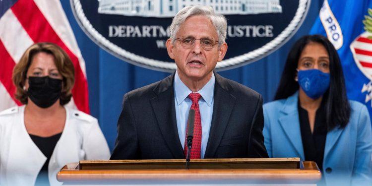 El fiscal general de Estados Unidos, Merrick Garland (c), participa una rueda de prensa en la que explica las acciones del Gobierno frente a la ley antiaborto del estado de Texas, este 9 de septiembre de 2021, en Washington. EFE/Jim Lo Scalzo