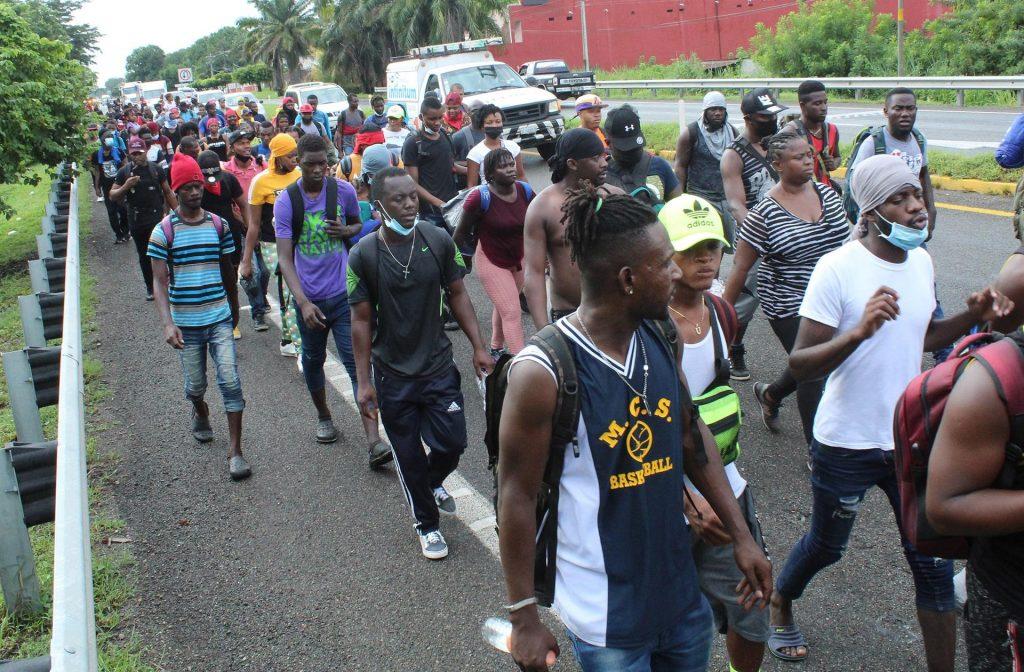 Fotografía de archivo en la que se ve a una caravana de migrantes, en su mayoría haitianos, caminando en una carretera en el municipio de Tapachula, estado de Chiapas (México). EFE/Juan Manuel Blanco