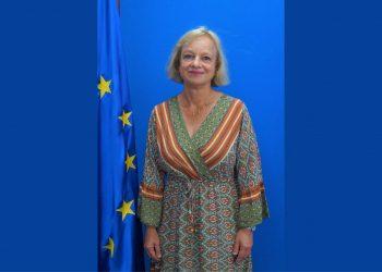 Bettina Muscheidt entrega copias de estilo como Embajadora de la Unión Europea en Nicaragua. Foto: Cortesía