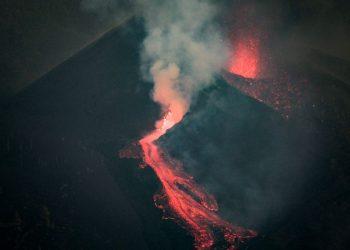 El volcán de La Palma forma otro gran río de lava tras unas horas de pausa