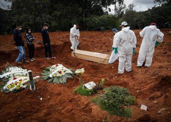 Fotografía de archivo donde se ven algunos trabajadores enterrando a una víctima mortal de covid-19, mientras familiares se lamentan en el Cementerio Vila Formosa, en Sao Paulo (Brasil). Foto: Artículo 66 / EFE/Fernando Bizerra Jr