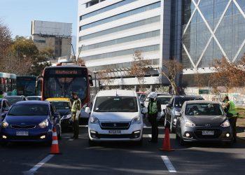 Registro de archivo de un control policial en medio de la pandemia en Santiago de Chile. Foto: Artículo 66 / EFE/Elvis González