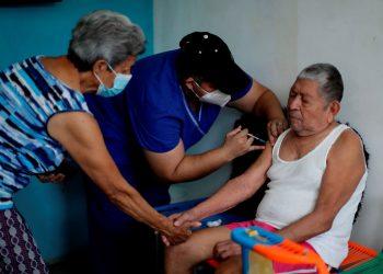 El Salvador realiza vacunación anti covid casa a casa
