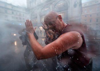 Fuertes enfrentamientos en Roma entre la Policía y los antivacunas. Foto: EFE.