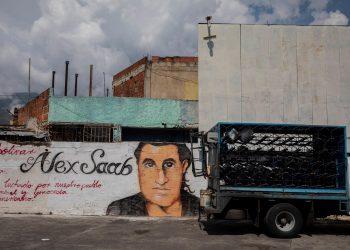 Un pequeño camión pasa junto a un grafiti con la imagen del rostro de Alex Saab en Caracas (Venezuela), en una imagen de archivo. Foto: Artículo 66 /EFE/ Rayner Peña